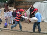 Wizyta w Warowni Jomsborg - bezpieczne pojedynki dla dzieci na worki z sianem