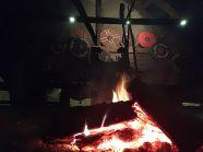 Widok nocnego ogniska w palenisku