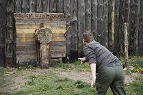 Rzut toporem, jedna z zabaw dla odwiedzających