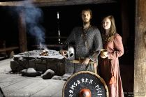 Nasi młodzi wikingowie - Martyna i Ulvric pozujący w Długim Domu