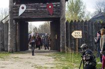 Wiedźmin wchodzi do warowni Kaer Throlde