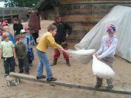 Wizyta w Warowni Jomsborg - bezpieczna walka na worki z sianen