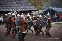 ściana tarcz - trening wojów na grodzie Warownia Jomsborg