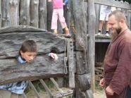 Wizyta w Warowni Jomsborg - zakucie w prawdziwe dyby